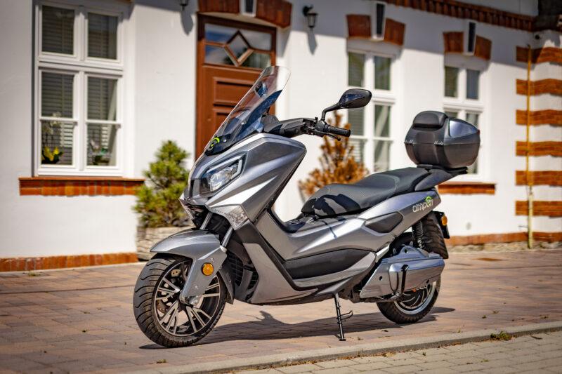skuter w mieście